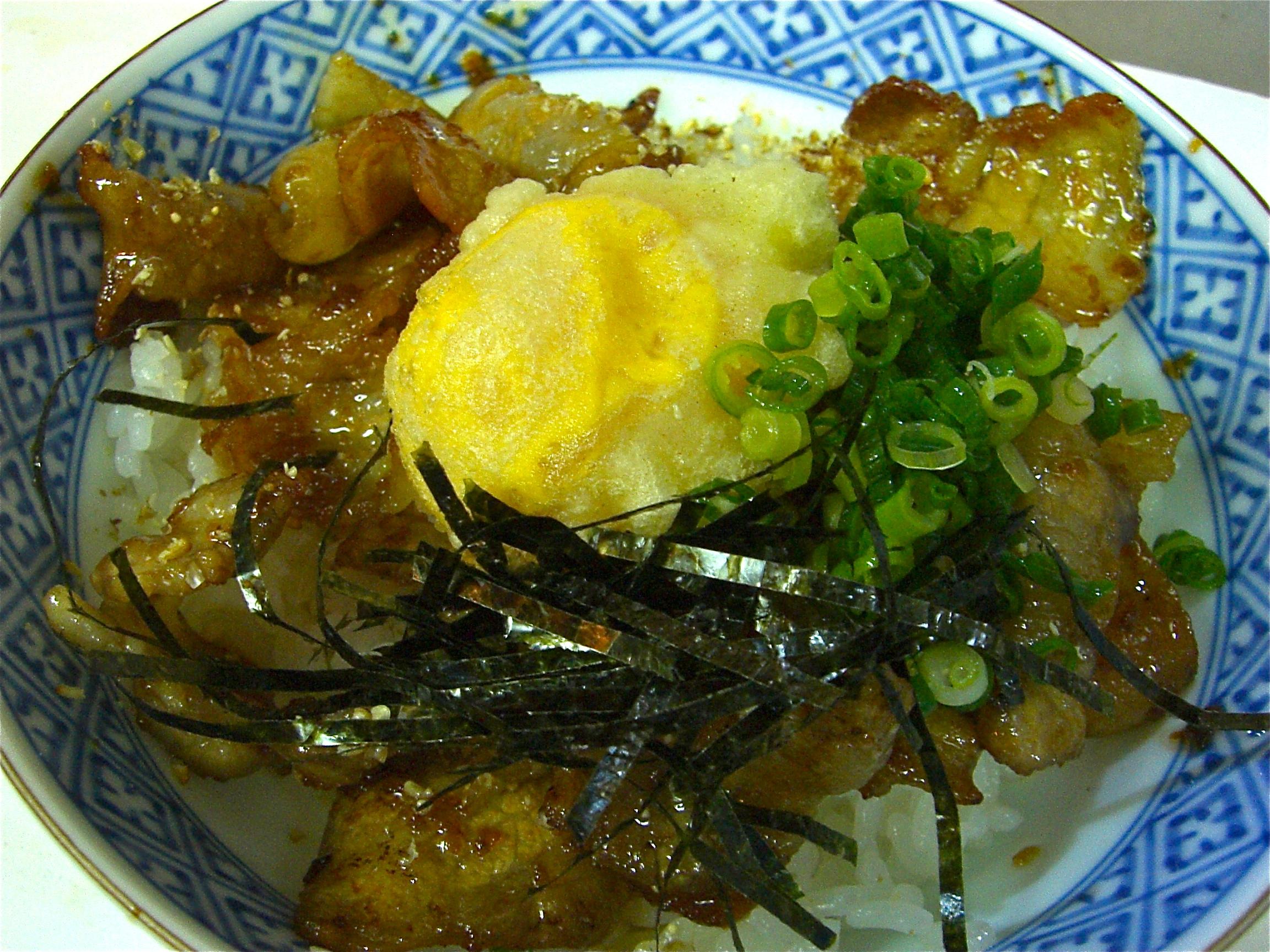 豚バラ生姜焼き丼(黄身天のせ)(豚バラ肉料理4)