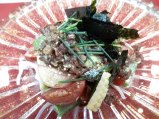 トマト、とうもろこし、オクラ牛しぐれのせサラダ